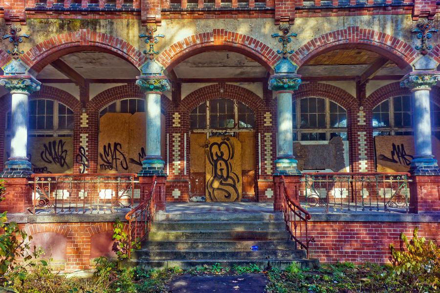 Abandoned building in Beelitz by nikospapadop